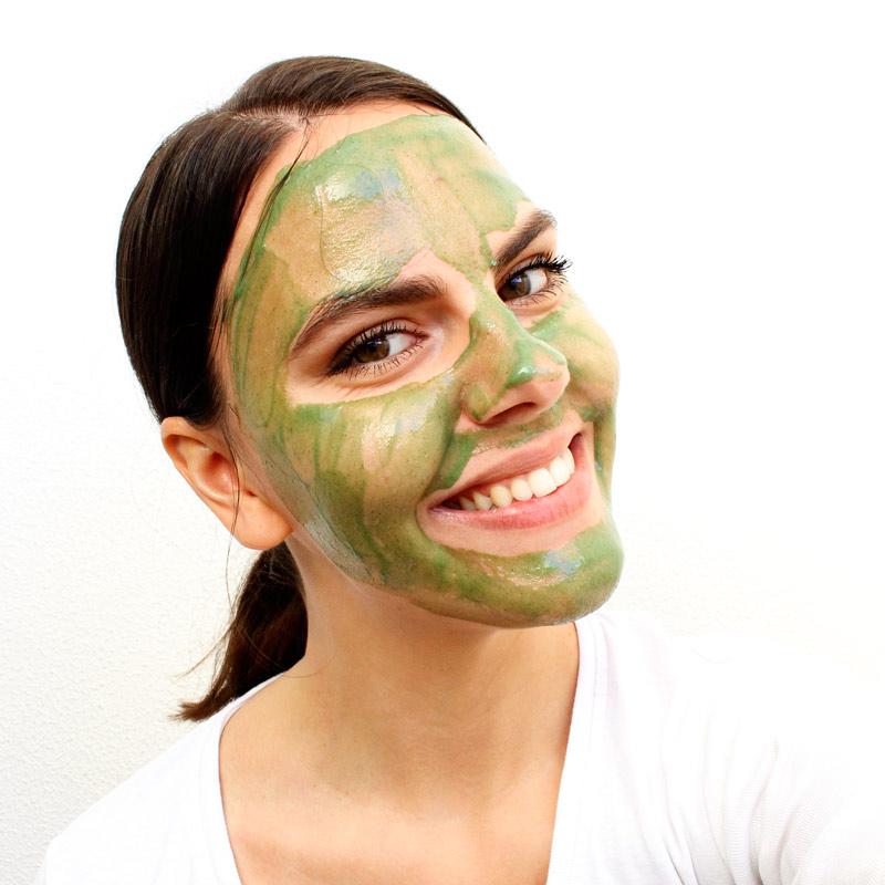 detoxikační maska aplikace na tváři