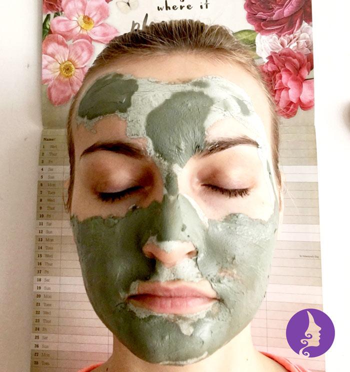 Aplikace pleťové masky ze zeleného jílu